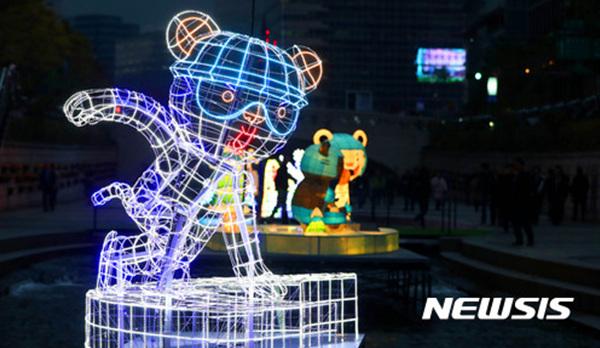 '서울에서 빛으로 보는 평창 올림픽'을 주제로 한 2017 서울빛초롱축제 개막을 하루 앞둔 2일 오후 서울 종로구 청계천에서 평창 동계올림픽 마스코트의 각 종목별 조형물이 전시돼 있다.