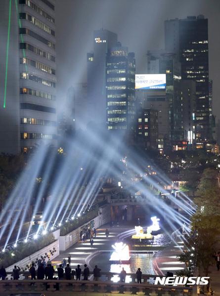 '서울에서 빛으로 보는 평창 올림픽'을 주제로 한 2017 서울빛초롱축제 개막을 하루 앞둔 2일 오후 서울 종로구 청계천에서 평창 동계올림픽 마스코트의 각 종목별 조형물 등 다양한 작품이 빛과 함께 장관을 연출하고 있다.
