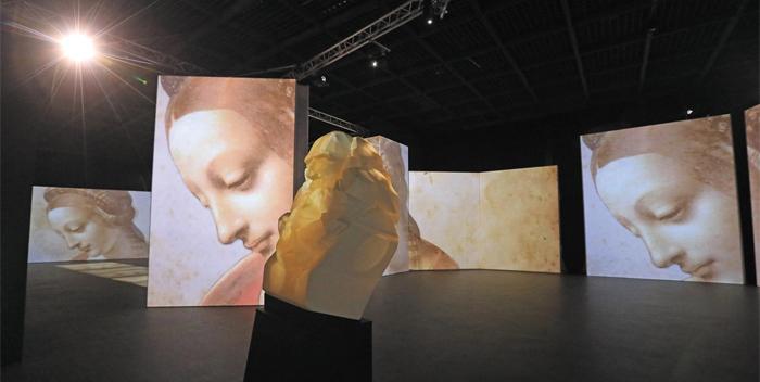 프로젝터를 사용한 미디어 파사드 작품에 다빈치의 '리타의 성모'가 나오고 있다.