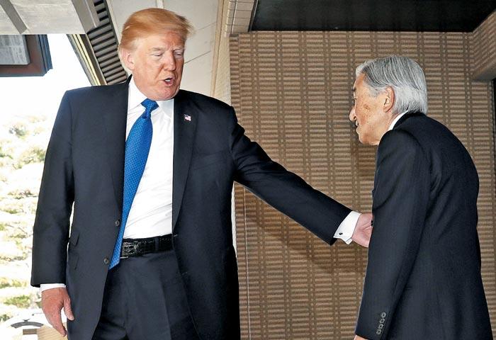 트럼프는 헤어지기 전 일왕의 팔을 가볍게 두드리며 친근감을 표시했다.
