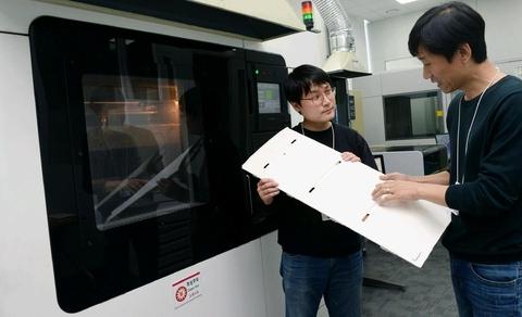 LG전자 연구원들이 창원R&D센터 3D프린터로 만들어낸 냉장고 부품을 살펴보고 있다. / LG전자 제공