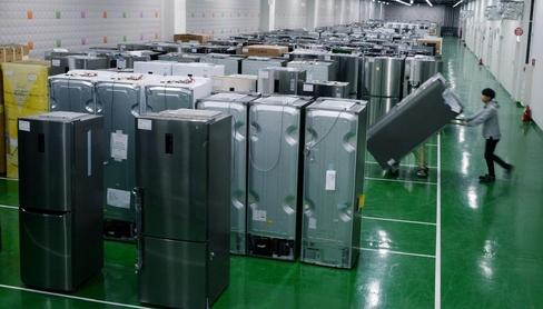 LG전자 직원이 창원R&D센터 지하 시료보관실에서 시료를 운반하고 있다. / LG전자 제공
