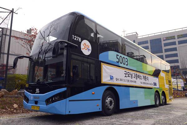 김동근 경기도 행정2부지사가 2층 버스에 탑승해 승객과 대화를 나누고 있다.