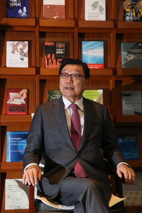 지난달 30일 정덕구 니어재단 이사장이 서울 영등포구 여의도 니어재단에서 외환위기 당시 상황을 설명하고 있다. /오종찬 기자