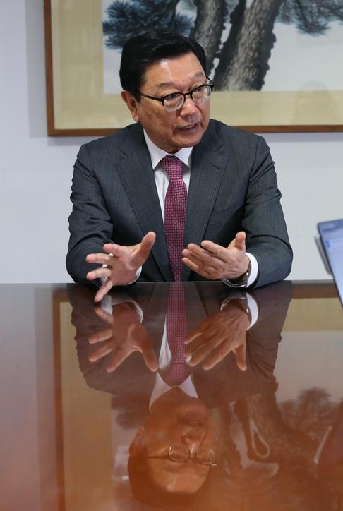 지난달 30일 정덕구 니어재단 이사장이 서울 영등포구 여의도 니어재단 사무실에서 한국 경제의 문제점을 설명하고 있다. /오종찬 기자