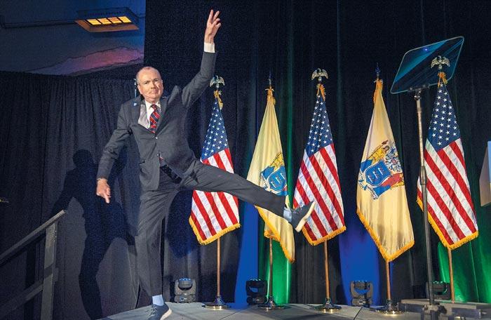 7일(현지 시각) 열린 미국 뉴저지주(州)주지사 선거에서 당선된 필 머피(민주당)가 애즈베리파크 컨벤션홀에서 열린 축하 행사장에서 점프를 하며 기뻐하고 있다.