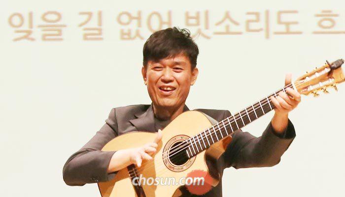 지난 4월 27일 오후 서울 서초구 심산아트홀에서 열린'조선토크'에서 기타리스트 함춘호씨가 기타 반주에 맞춰 노래를 부르고 있다.