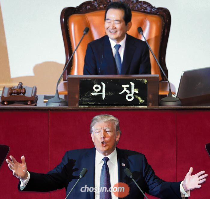 한국을 방문한 도널드 트럼프 미국 대통령이 8일 국회 본의회장에서 연설하고 있다.