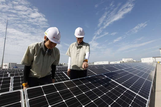 LG디스플레이 파주공장에 설치된 태양광 장비를 살펴보고 있는 직원들 /LG디스플레이 제공