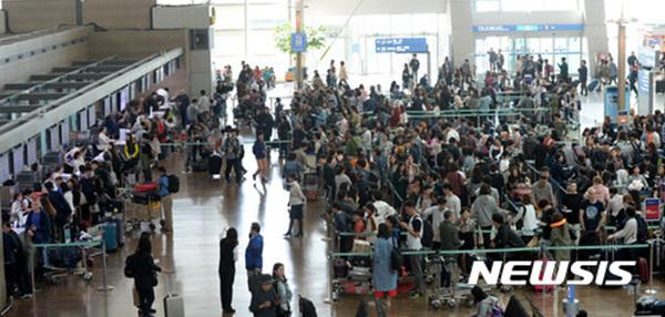 추석 명절 사흘째인 2일 오전 인천국제공항에 여행객들이 출국 수속을 위해 길게 줄 지어 서 있다.