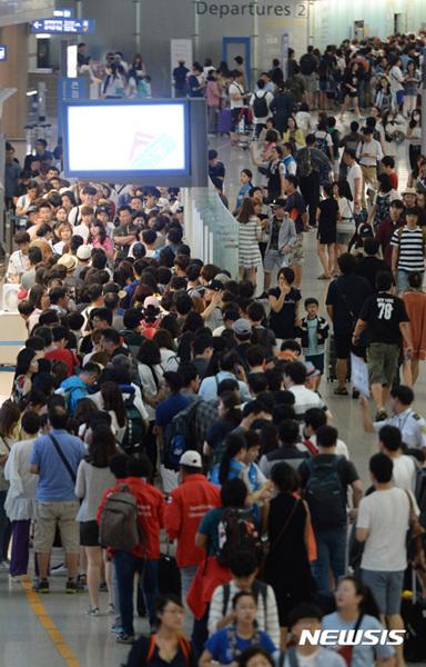 본격적인 여름휴가 시즌이 시작된 28일 오전 인천국제공항이 해외여행객들로 붐비고 있다.