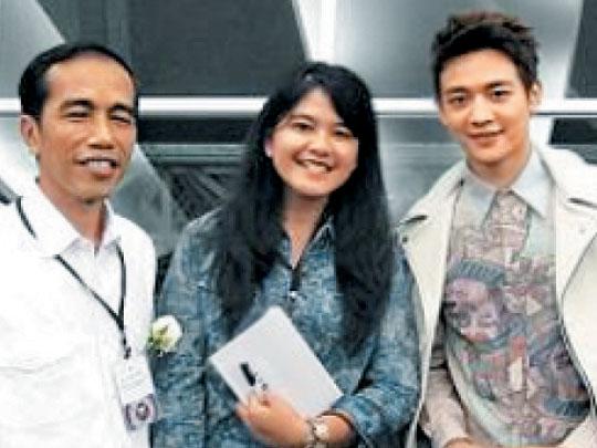 조코 위도도 인도네시아 대통령 부녀(父女)가 2013년 아이돌그룹 '샤이니' 멤버 민호(오른쪽)와 함께 찍은 사진.