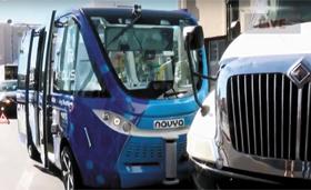 8일 라스베이거스 도심에서 12인승 무인 자율버스 '알마(왼쪽 차량)'가 개통 두 시간 만에 20t 트럭과 부딪힌 모습.