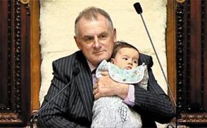 트레버 말라드 뉴질랜드 의회 의장이 8일 동료 의원의 생후 3개월 된 딸을 안은 채 육아휴직 연장 법안 관련 토론을 진행하고 있다.