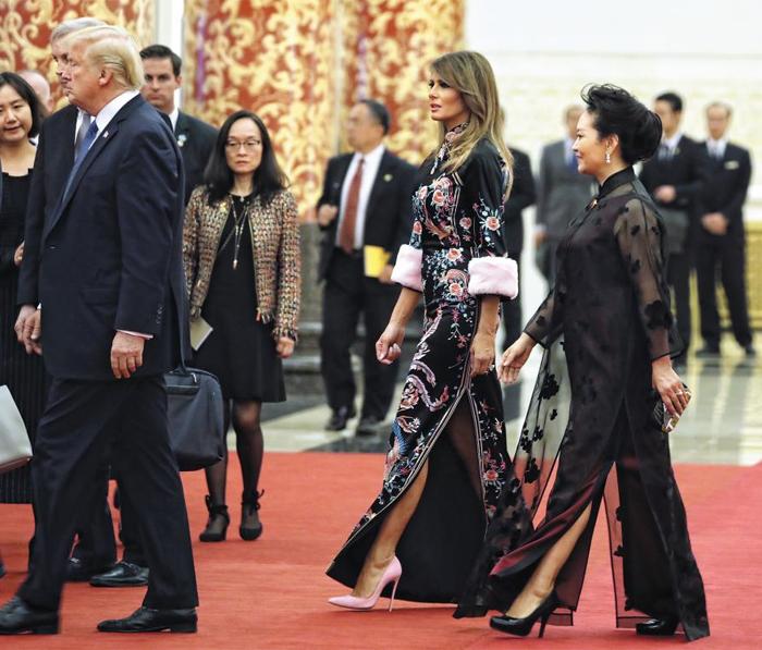 만찬 빅이벤트는… 멜라니아·펑리위안 '치파오 패션 대결' - 중국을 방문 중인 도널드 트럼프(맨 왼쪽) 미국 대통령이 9일 베이징 인민대회당에 마련된 국빈 만찬장으로 들어가고 있다. 치파오(긴 치마에 옆 트임이 있는 중국 전통 의상) 형태의 드레스를 나란히 입은 멜라니아 트럼프 여사와 시진핑 중국 국가주석 부인 펑리위안 여사가 그 뒤를 따르고 있다. 이날 멜라니아가 입은 드레스는 돌체앤가바나 제품으로 가격은 300만원대가 넘는 것으로 알려졌다.