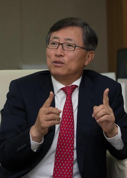 지난달 17일 서울 서대문구 한국공인회계사회에서 최중경 회장이 본지와 인터뷰를 하고 있다. /고운호 기자