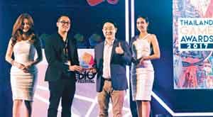 김건우(오른쪽에서 둘째) 넷마블 태국 법인장이 태국 게임쇼 TGS 2017에서 '올해의 모바일 게임상(리니지2 레볼루션)'을 받는 모습.