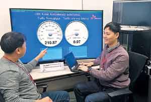 SK텔레콤 직원들이 5G(5세대) 이동통신 장비 기술을 테스트하고 있는 모습.