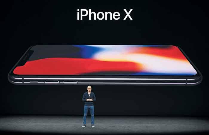 9월 12일 미국 캘리포니아주 쿠퍼티노에 있는 스티브 잡스 극장에서 팀 쿡 애플 CEO가 NPU 기술이 적용된 신제품 아이폰X를 공개하고 있다