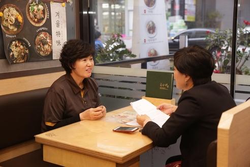 정봉순 국수나무 미사강변점 사장(왼쪽)과 이경희 한국창업전략연구소 소장이 대화를 나누고 있다. /한국창업전략연구소 제공