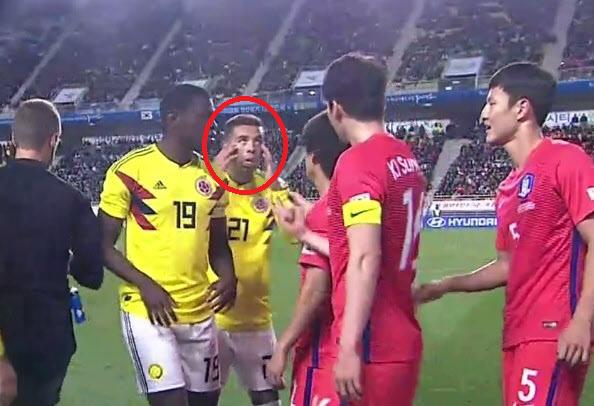 눈 찢고 혀 내밀고…경기 도중 동양인 비하 제스처한 콜롬비아 공격수