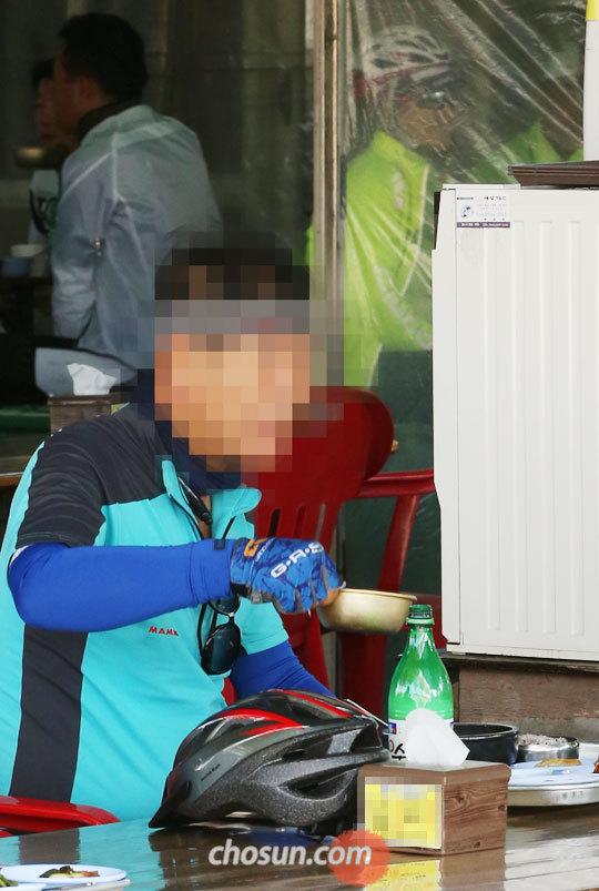 지난달 29일 서울 강동구 강동대교 인근 식당에서 자전거를 타고 온 50대 남성이 술을 마시고 있다.