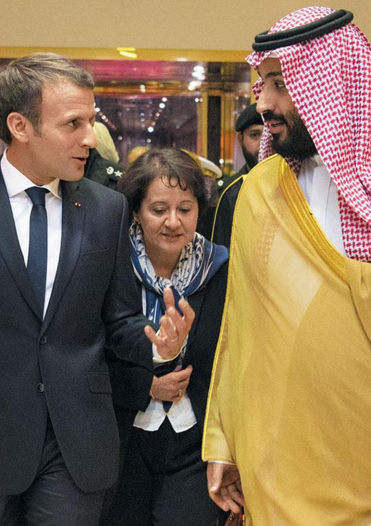 9일(현지 시각) 사우디아라비아 수도 리야드를 전격 방문한 에마뉘엘 마크롱(왼쪽) 프랑스 대통령이 무함마드 빈 살만(오른쪽) 사우디아라비아 왕세자와 이야기를 나누고 있다.
