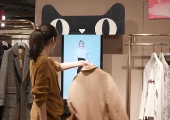 알리바바 기술 기반의 스마트스토어로 변신한 중국 의류 브랜드 알라인더로스 상하이 매장. 고객이 고른 옷을 흔들자 가상모델이 입은 모습이 화면에 떴다. /알리바바