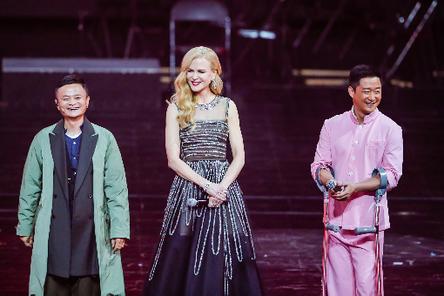 알리바바의 광군제 갈라쇼에서 할리우드 배우 니콜 키드먼(가운데)와 무술 영화 '공수도'에 출연한 마윈 알리바바 회장(왼쪽)과 우징 액션 스타 등이 무대에 섰다./알리바바