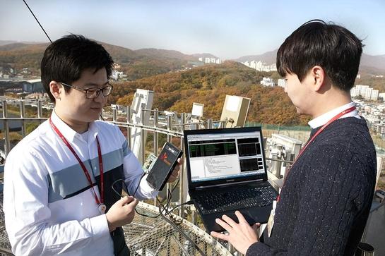 SK텔레콤 연구원들이 LTE 상용망에서 'LTE Cat.M1' 기술을 테스트하고 있다. / SK텔레콤 제공