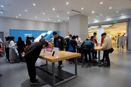 2017년 11월 8일 중국 상하이의 쇼핑몰 '다청위에'에 있는 샤오미 매장에서 방문객들이 매장을 둘러보고 있다. /김남희 기자
