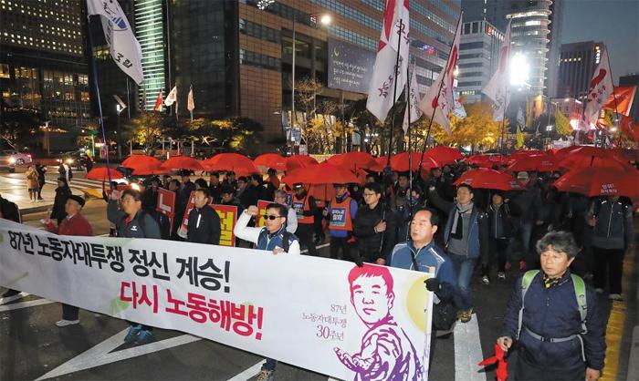 광화문광장 시위대로 바글바글 - 12일 오후 서울 광화문광장에서 '전태일 열사 정신 계승 전국 노동자대회' 참가자들이 대형 현수막을 앞세우고 구호를 외치고 있다.