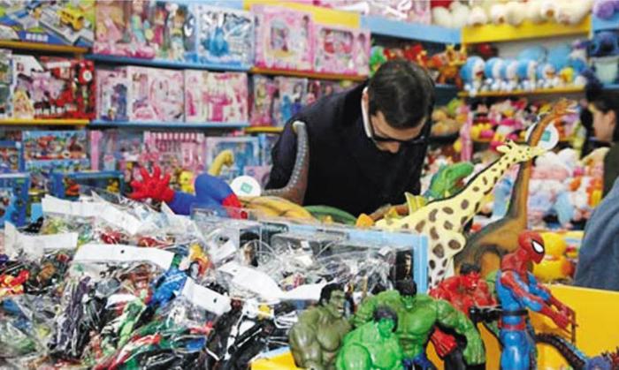 도널드 트럼프 미국 대통령의 사위인 재러드 쿠슈너 백악관 선임고문이 10일(현지 시각) 오후 중국 베이징의 '짝퉁 시장' 슈수이제 상가에서 딸 아라벨라(6)에게 선물할 장난감을 고르고 있다.