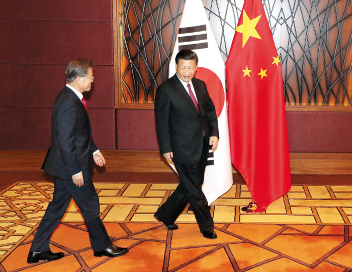 """""""이쪽으로 서시죠"""" - 문재인(왼쪽) 대통령과 시진핑 중국 국가주석이 11일 베트남 다낭의 한 호텔에서 한·중 정상회담을 갖기 위해 입장하고 있다. 이날 정상회담에서 시 주석은 사드를 중국의 '핵심 이익'이라며 중대한 우려를 존중하라고 했고, 문 대통령은 """"사드는 중국을 겨냥한 것이 아니다""""라고 설명했다."""
