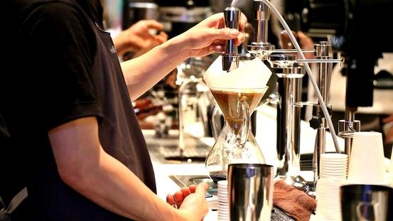 커피 산업 트렌드를 한 자리에서 볼 수 있는 서울카페쇼가 지난 9일부터 12일까지 서울 삼성동 코엑스에서 개최됐다. 카페쇼에 참가한 한 업체의 바리스타가 커피를 내리고 있다. /서울카페쇼 제공