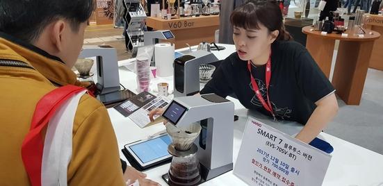하리오는 블루투스 기능을 탑재한 커피 드립 머신을 선보였다. /윤희훈 기자