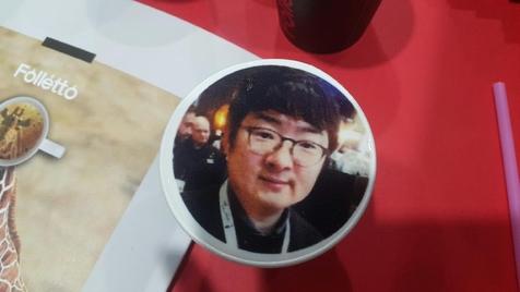 폴레토를 통해 우유 거품 위에 기자의 사진을 인화해봤다. /윤희훈 기자