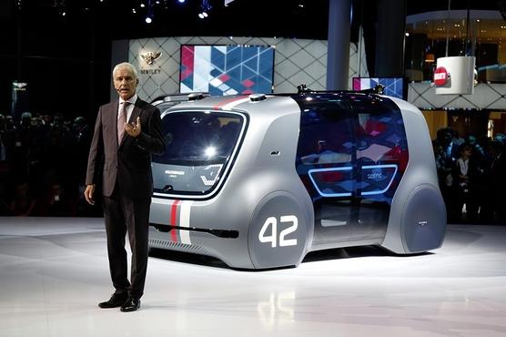 지난 9월 프랑크푸르트 모터쇼를 앞두고 열린 '폴크스바겐그룹 나이트'에서 자율주행 콘셉트카인 '세드릭'을 타고 등장한 마티아스 뮐러 회장. 세드릭은 폴크스바겐 자율주행 전기차 양산 모델의 기초 플랫폼이다./폴크스바겐 제공