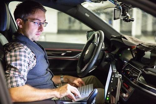 인텔과 공동으로 개발한 자율주행차의 도로주행 테스트를 진행 중인 BMW 연구원/BMW 제공