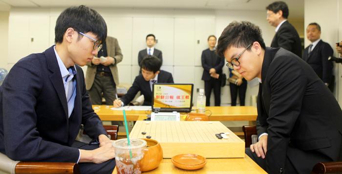 13일 LG배 8강전에서 열전을 펼치고 있는 한국 랭킹 2위 신진서(왼쪽)와 중국 1위 커제.