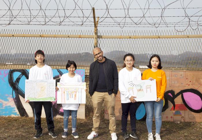 지난 7일 경기도 파주 DMZ에서 통일을 소원하는 작품 '더 브리지'를 제작해 철책에 건 캘리그래퍼 엘시드와 인성학교 아이들.