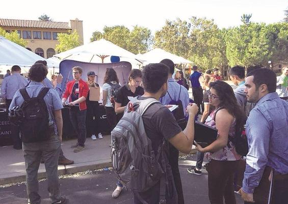 스탠퍼드대 학생들이 커리어 페어에 참여한 우주항공 스타트업 스페이스X  부스 앞에서 채용 상담을 받기 위해 기다리고 있다./박원익 기자