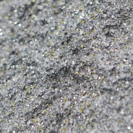 흑연 셀(cell)에 박혀있는 노란색 다이아몬드 알갱이 /일진그룹 제공