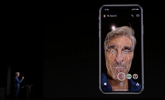 크레이그 페더리기 애플 수석부사장이 아이폰X의 페이스ID 기능을 사용하고 있는 모습.