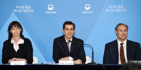 국제통화기금(IMF) 미션단 타르한 페이지오글루 단장이 14일 정부서울청사에서 IMF 연례협의 주요 결과를 발표하고 있다. /기획재정부 제공.
