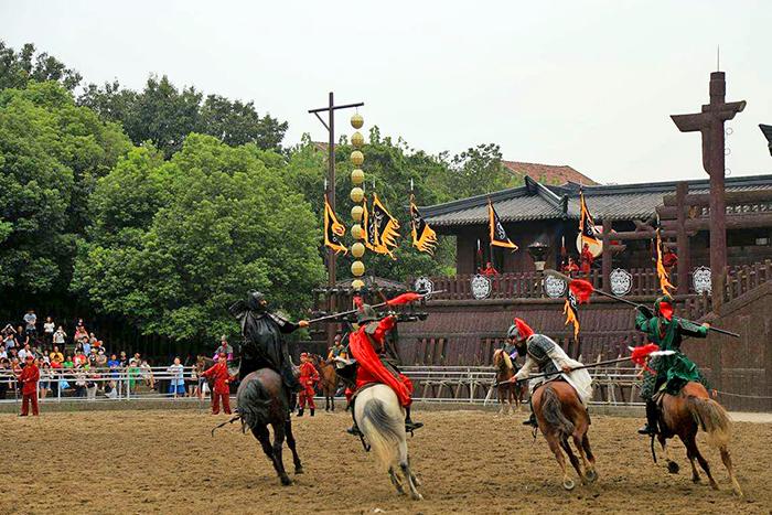 삼국성에서는 박진감 넘치는 마상무예 공연이 펼쳐진다.