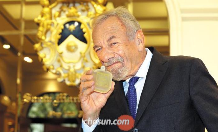 유제니오 알팡데리 회장이 새 향수 '아쿠아 디 콜로니아 라나'를 코에 대고 익살스러운 표정을 지었다.