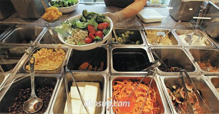서울 내수동 '힐사이드테이블'에선 샐러드를 주문하면 직원이 그 자리에서 샐러드를 만들어준다.