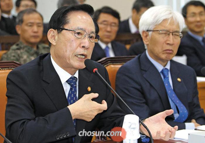 송영무(왼쪽) 국방장관이 14일 국회 국방위원회 전체회의에 참석해 전날 판문점 공동경비구역(JSA)에서 발생한 북한군 귀순 사건과 관련한 의원들의 질의에 답변하고 있다.