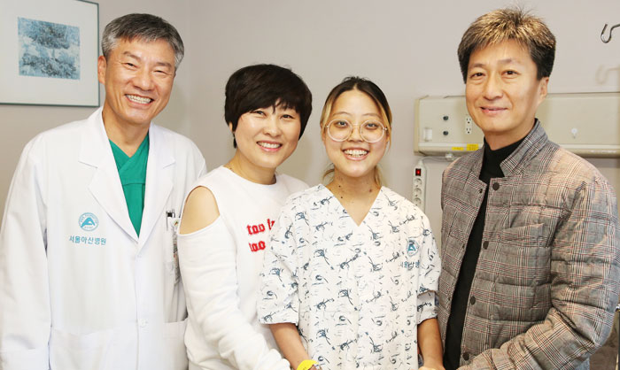 국내 처음으로 생체 폐 이식 수술에 성공한 환자 오화진(오른쪽에서 둘째)씨가 집도의인 서울아산병원 흉부외과 박승일(맨 왼쪽) 교수와 함께 웃고 있다.